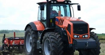 трактор террион на поле